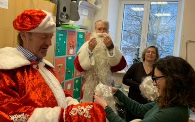 Weihnachtsgeschenke für die Kinder aus dem Pawlowsk Kinderheim